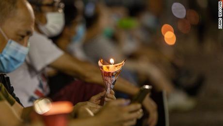 Un uomo tiene una candela alla vigilia di giovedì.