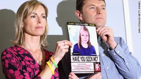 Kate e Gerry McCann hanno un'immagine della polizia di Madeleine progredita per età durante una conferenza stampa a Londra nel quinto anniversario della sua scomparsa nel maggio 2012.