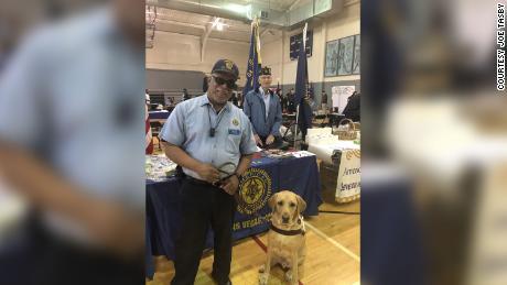 Non solo un altro paziente: un'infermiera si prendeva cura di un veterano cieco e del suo cane guida mentre era rinchiuso in ospedale