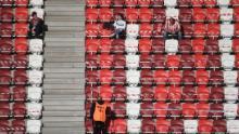I fan della squadra DVTK locale attendono prima dell'inizio della loro partita di campionato ungherese contro Mezokovesd.