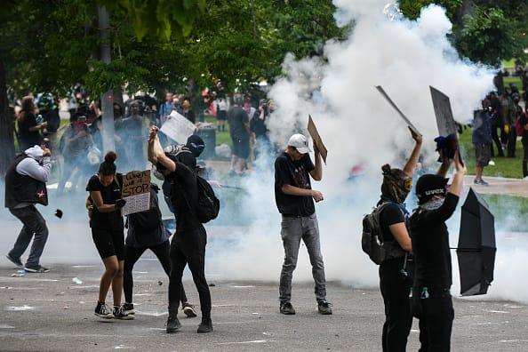 La polizia di Denver ha ordinato di smettere di usare gas lacrimogeni e proiettili di plastica nelle proteste