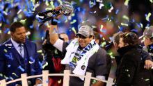 Wilson celebra con il Vince Lombardi Trophy dopo aver sconfitto il Denver Broncos 43-8 nel Super Bowl XLVIII nel 2014.