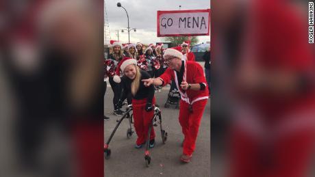 La paralisi cerebrale non ha potuto impedire a questo diciassettenne di finire la carriera di Babbo Natale con un deambulatore.