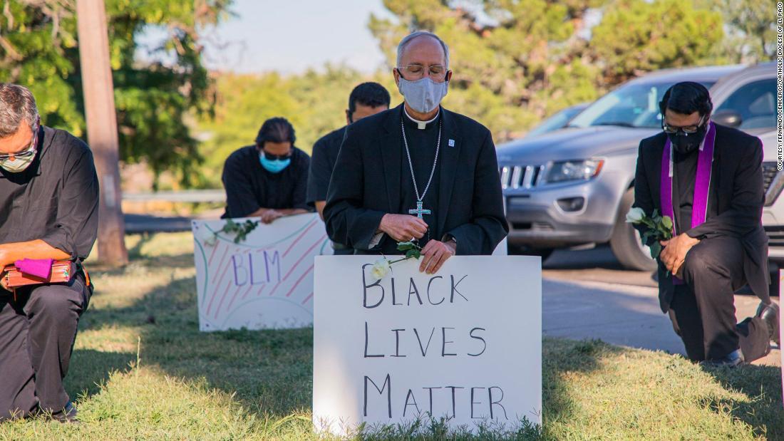 Un vescovo di El Paso si inginocchiò in preghiera per George Floyd. Due giorni dopo, Papa Francesco chiamò